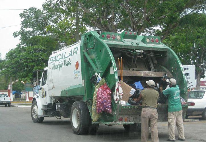El personal encargado de la basura recibe capacitación para la clasificación de la misma. (Javier Ortiz/SIPSE)