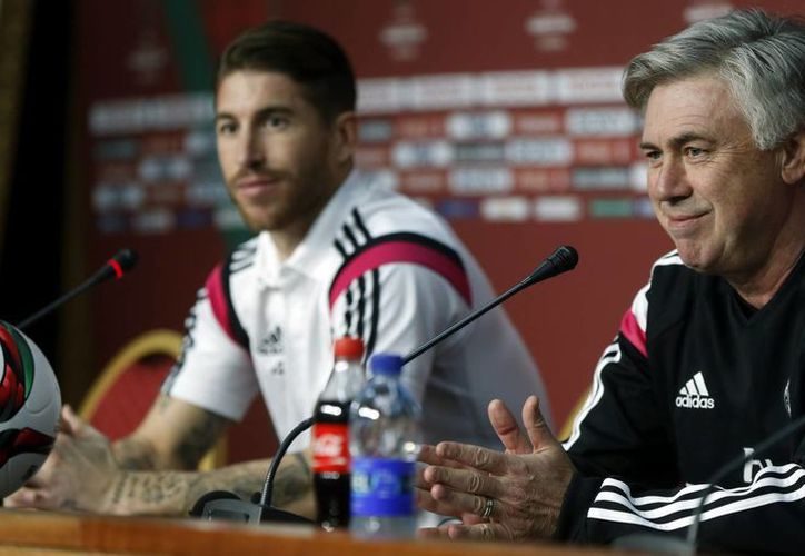El entrenador del Real Madrid, el italiano Carlo Ancelotti (d), y el segundo capitán del equipo, Sergio Ramos (i), durante una rueda de prensa previa a la final del Mundial de Clubes, competencia que ganó el club español en Marruecos. (EFE)