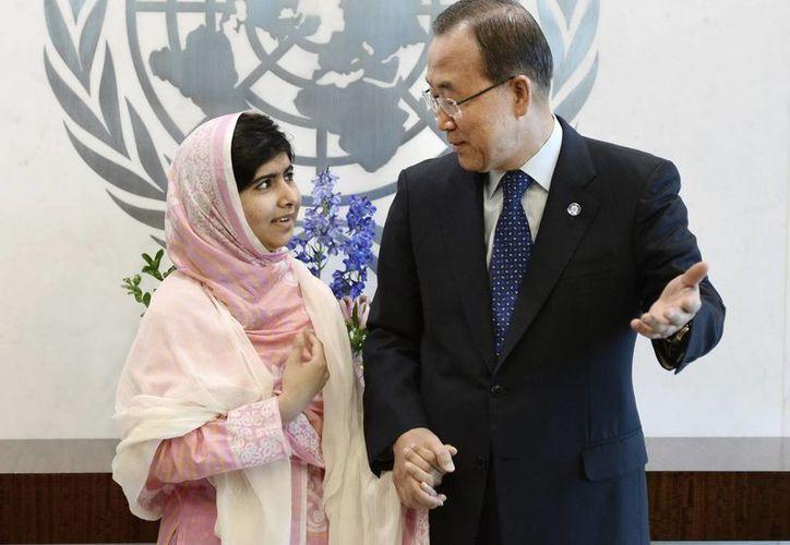 Malala Yousafzai (i), en Nueva York junto al secretario general de la ONU, Ban Ki-moon. (EFE)