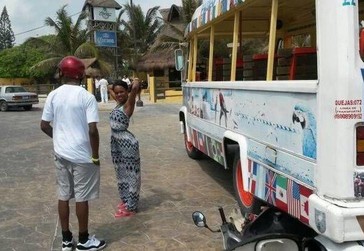 Dos turistas que recorrían Progreso en una motocicleta chocaron con la 'guagua' (autobús) que ofrece paseos a los visitantes. (SIPSE)