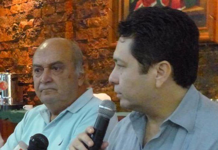 Xavier Abreu Sierra (i), excandidato panista a la gubernatura de Yucatán, y el presidente estatal del PAN, Hugo Sánchez Camargo. (Celia Franco/SIPSE)