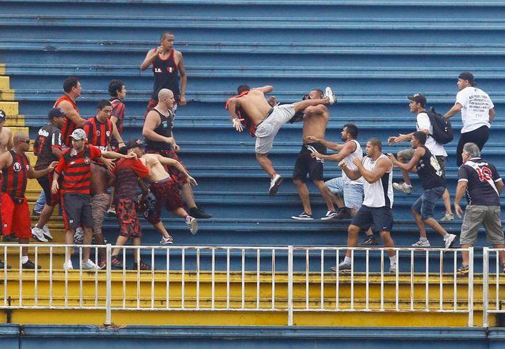 La gresca entre aficionados del Vasco y el Paranaense en el partido del domingo lanzó una alerta por la violencia en los estadios brasileños, previo al Mundial de futbol. (EFE)