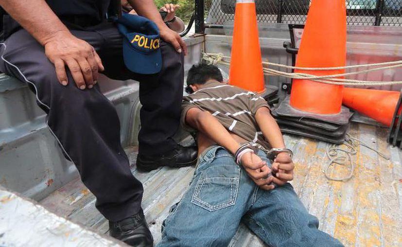 En esos momentos pasaba por el lugar una patrulla de la SSP y la menor pidió ayuda para el arresto de su acosador sexual. (SIPSE)