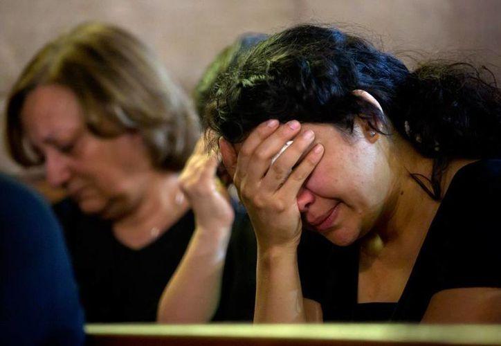 Mujeres lloran durante un oficio religioso en El Cairo, el domingo 22 de mayo, en recuerdo de los pasajeros del vuelo 804 de EgyptAir, que desapareció en la ruta Roma-El Cairo. Fuentes forenses aseguran que el avión cayó como consecuencia de una explosión. (Archivo/AP)
