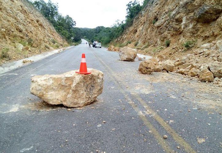 Autoridades de Protección Civil, policías y ciudadanos, realizaron labores de retiro de grandes piedras que cayeron. (Carlos Castillo/SIPSE)