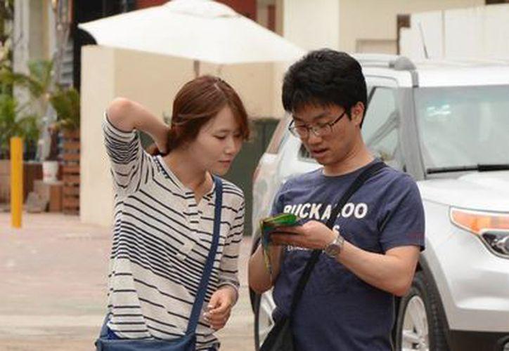Los coreanos son turistas que compran artículos de lujo. (Victoria González/SIPSE)