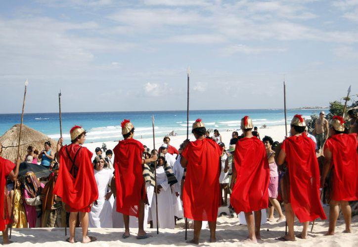 La playa está resguardada por elementos pie-tierra, patrullas y motos, como parte del operativo especial de las autoridades municipales. (SIPSE)