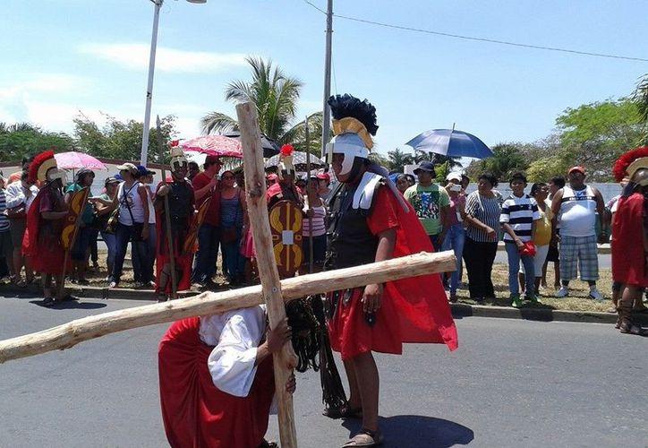 En esta procesión se lleva a cabo la escenificación del camino de Jesús cargando la Cruz, y la acompañan más de dos mil católicos. (Joel Zamora/SIPSE)