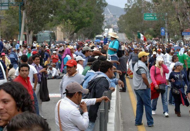El pasado 15 de marzo, miles de maestros disidentes tomaron la Autopista del Sol. (Archivo/Notimex)