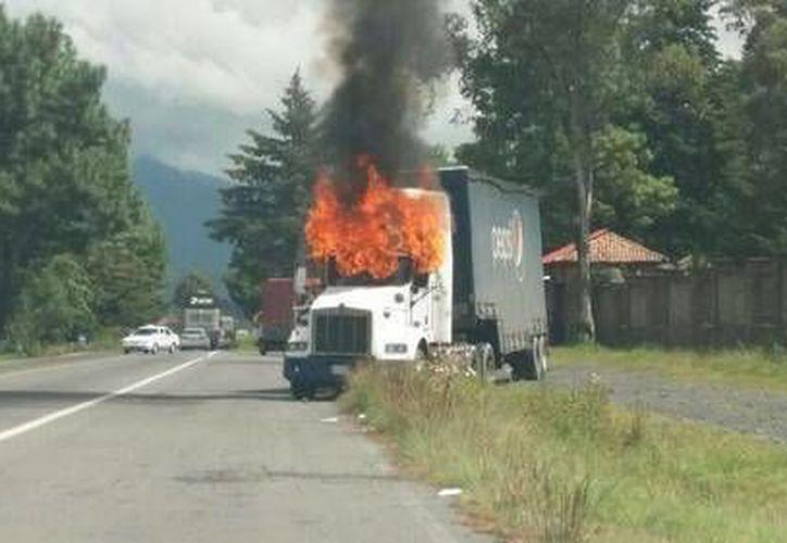 El pasado martes, normalistas de Cherán secuestraron y quemaron unidades en el crucero Purépero-Carapan, en Michoacán. (Foto: www.jornada.unam.mx)
