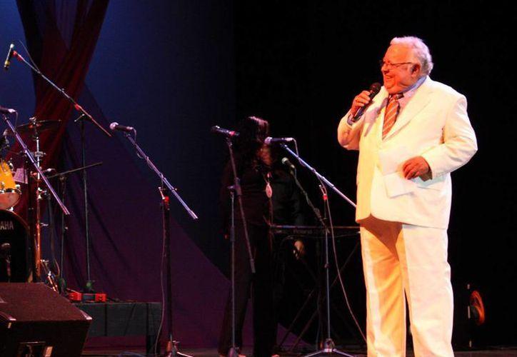 Imagen del cantante y compositor Manuel Triay durante un concierto en el 2011. Hoy se le recordara con un nostálgico homenaje en el Teatro Fantasio. (Milenio Novedades)