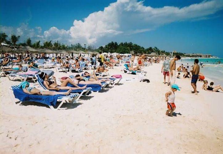 Los turistas de Playa del Carmen disfrutan de la temperatura en el destino turístico. (Foto/Internet)