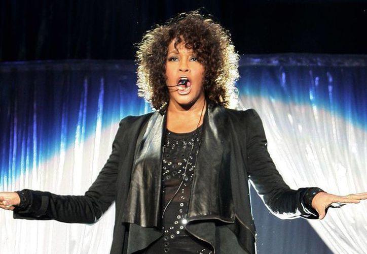 La compañía Hologram USA traerá un concierto para que el público disfrute los éxitos de Whitney Houston y así mantener su legado. (Archivo/Agencias)