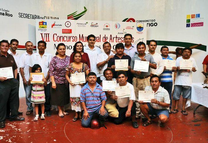 Los ganadores del concurso con sus respectivos reconocimientos. (Cortesía/SIPSE)
