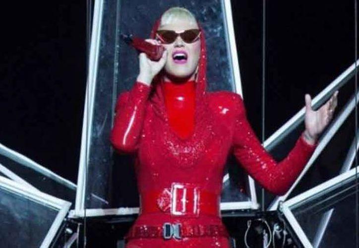 La cantante salió al escenario enfundada en un traje rojo con capucha. (vanguardia.com)
