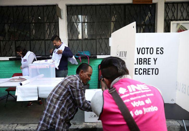 Militantes de Morena se acercaron a votantes para pedir su sufragio a cambio de la tarjeta electrónica. (Foto: Contexto/Internet)