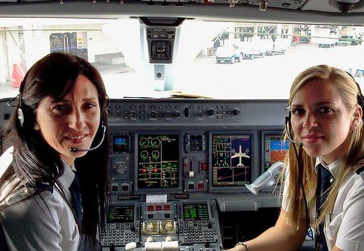 Foto de contexto de la tripulación femenina de un vuelo. Pasajeros se bajan de un avión al saber que dos mujeres estaban al mando. (elpueblo.com)