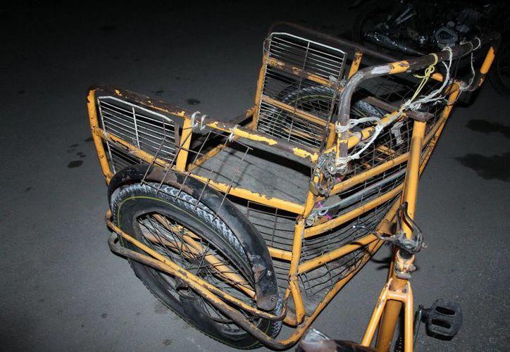 Al parecer el triciclo circulaba de noche sin ninguna luz o reflejante. El pequeño pasajero murió en la clínica debido a las heridas que sufrió al caer. (Milenio Novedades)
