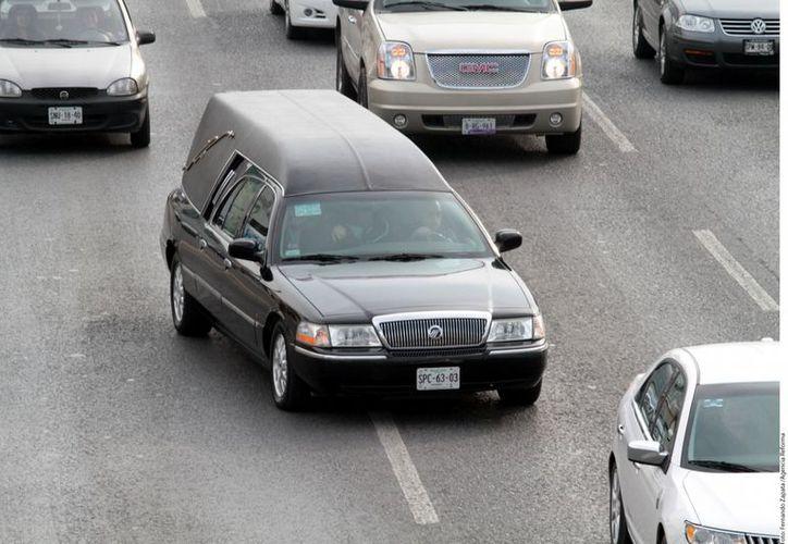 El cortejo fúnebre fue encabezado por una carroza negra manejada por Lupillo Rivera. (Agencia Reforma)