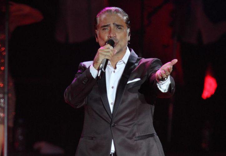 Alejandro Fernández presentó su último concierto de la gira 'Confidencias' de manera gratuita en el Zócalo de la CDMX. (Notimex)