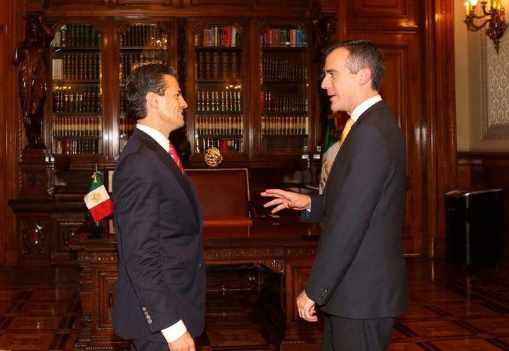 El presidente Peña Nieto (i) y el alcalde de Los Angeles, Eric Garcetti, dialogaron sobre oportunidades de inversión y promover un mayor intercambio de turistas. (Notimex)
