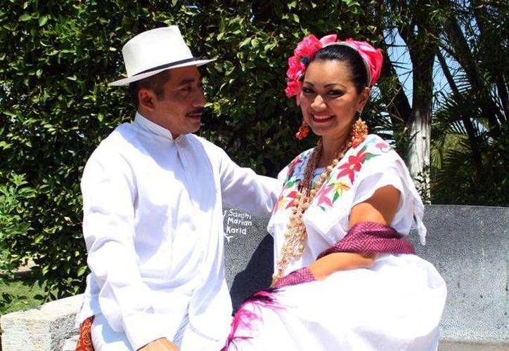 En la celebración del Ballet Folclórico del Estado 'Alfredo Cortés Aguilar' se reunirán a bailarines titulares y exintegrantes. Imagen de dos integrantes en la Plaza Grande. (Milenio Novedades)
