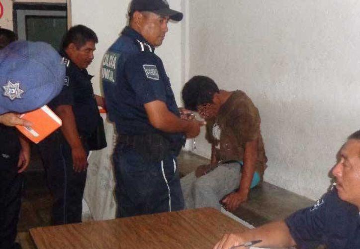 Uno de los dos presuntos ladrones fue detenido por la policía, antes de que los vecinos lograran lincharlo.  (Redacción/SIPSE)