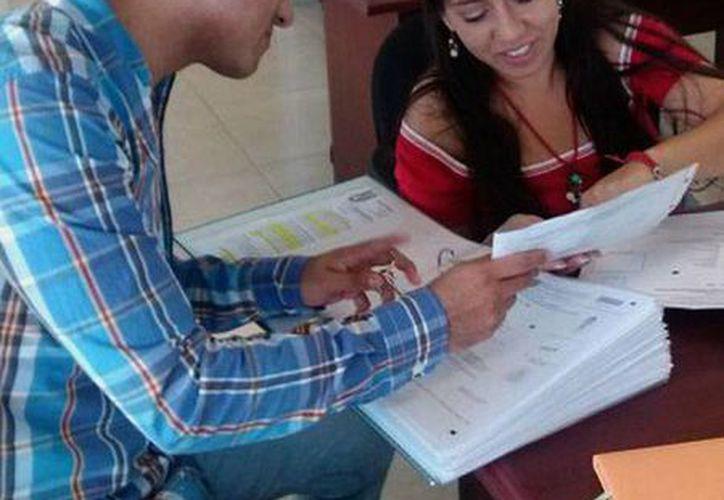 Jóvenes y adultos acudieron a las instalaciones del Centro de Educación Continua (CEC) Cancún, para entregar su documentación y concluir con el proceso de registro. (Sergio Orozco/SIPSE)
