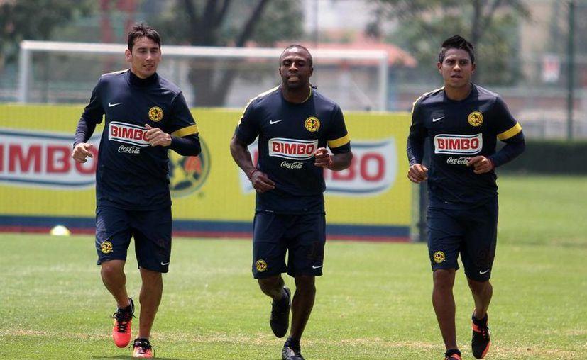 Los americanistas Rubens Sambueza, Jesús 'Chucho' Benítez y Juan Carlos Medina durante un entrenamiento previo a la final. (Notimex)