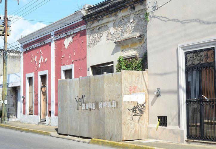 Algunos edificios continúan tapiados ante el riesgo de derrumbe. (Milenio Novedades)