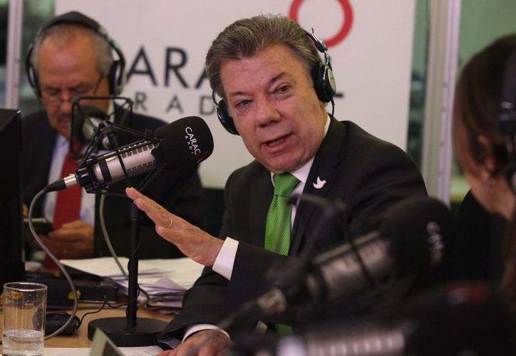 El presidente colombiano, Juan Manuel Santos, dijo que las fuerzas militares de ese país <i>no bajarán la guardia con ELN</i>. (AP)