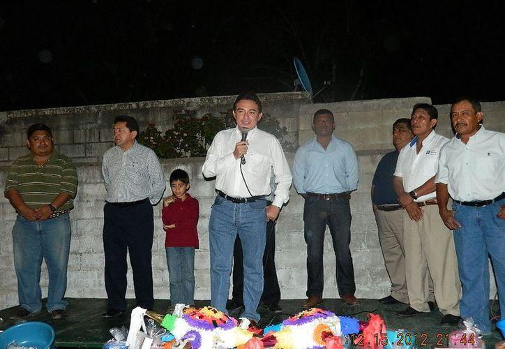En la posada del PAN en Hunucmá, Ávila Ruiz repartió juguetes a los niños. (Cortesía)