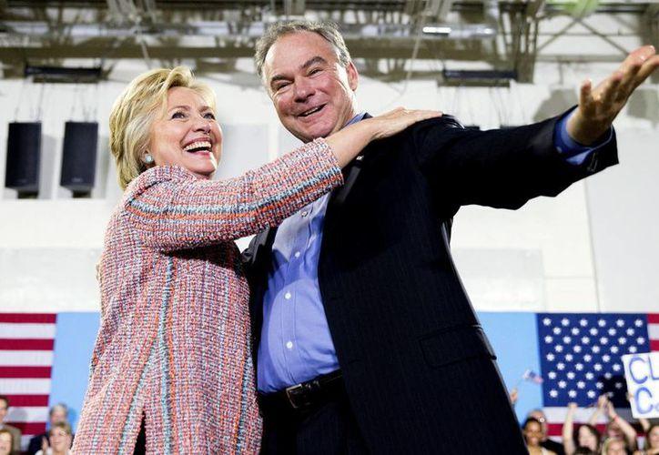 Tim Kaine 'ha dedicado su vida a luchar por los demás', aseguró Hillary Clinton en Twitter. (AP)