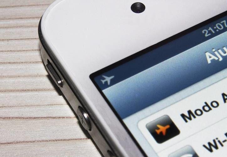 Los dispositivos electrónicos móviles tendrán que ser puestos en modo avión para ser utilizados durante los vuelos. (elperiodicovenezolano.com)
