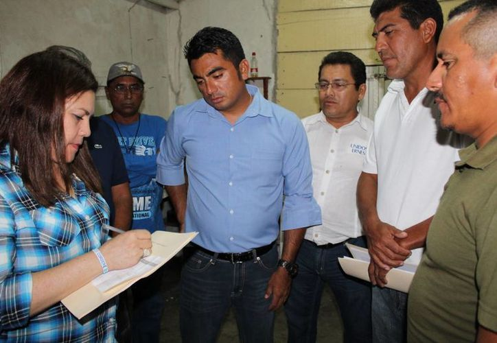 La senadora Rosa Adriana Díaz Lizama recibe la solicitud de los pescadores de San Felipe y Río Lagartos para que se ponga freno a los robos en esos puertos. (SIPSE)