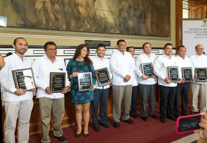 Tras recibir su reconocimiento, los ganadores del Premio Yucatán al Emprendedor 2014 posan con el gobernador Rolando Zapata Bello. (Cortesía)