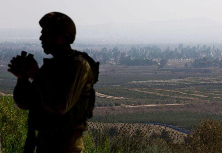 Un soldado israelí observa, desde los Altos del Golán, territorio sirio, en donde los yihadistas -una seria amenaza contra el Estado hebreo- mantienen su avance. Tan sólo este jueves, tomaron 16 poblaciones que estaban en manos de los kurdos. La imagen es de contexto. (AP)
