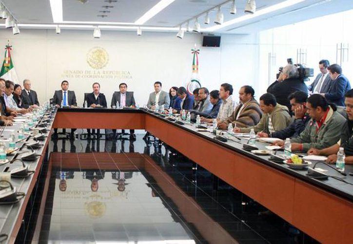Integrantes de la Junta de Coordinación Política (Jucopo) del Senado de la República durante una reunión con una comisión de la CNTE. (Notimex)