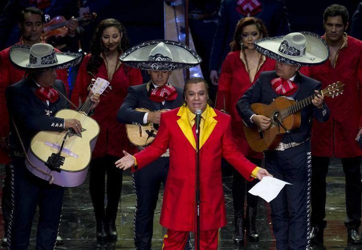 Juan Gabriel no sólo se recupera sino que prepara para lanzar el mes próximo un disco grabado en Bellas Artes. (Foto: AP)