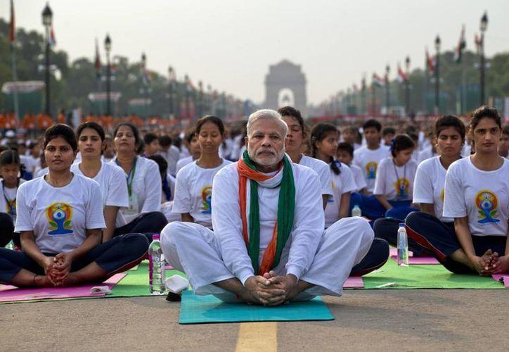 Millones de entusiastas del yoga flexionaron y contorsionaron sus cuerpos en posturas complejas el domingo para celebrar el primer Día Internacional del Yoga. (AP)