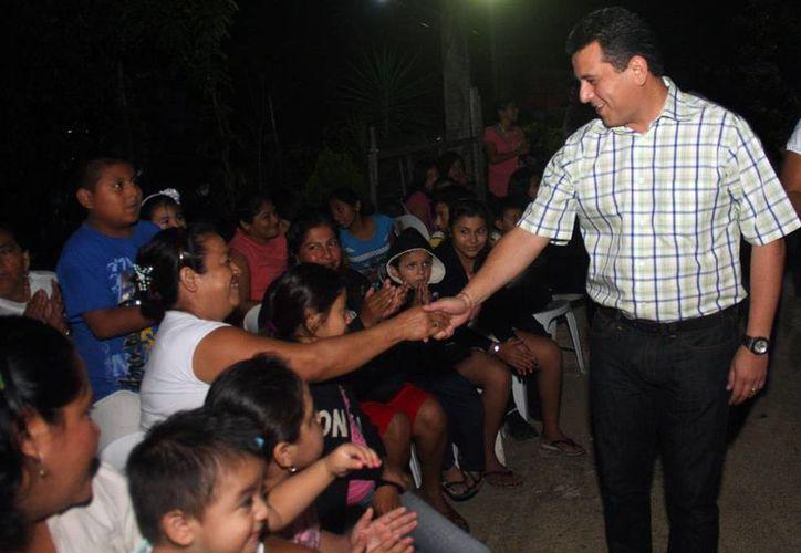 """El alcalde visitó a la zona conocida como """"Las Fincas"""" en Cozumel. (Cortesía/SIPSE)"""