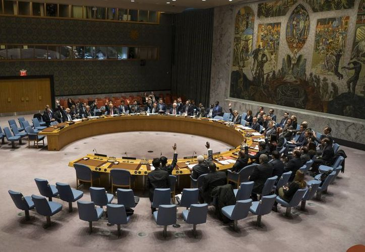 Miembros del Consejo de Seguridad de la ONU votan en las oficinas generales del organismo en NY, para aprobar una resolución en apoyo a los esfuerzos de Rusia y Turquía para poner fin a la violencia en Siria y promover las negociaciones de paz. (AP/Craig Ruttle)