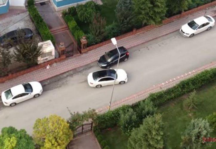 Al darse cuenta que no pudo estacionarse, terminó dejando el auto torcido y sobre la vereda. (Foto: YouTube)