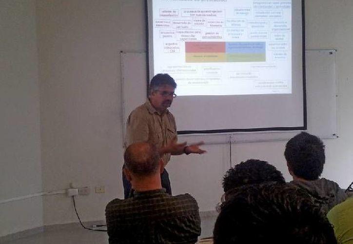 Durante la plática fueron tratados los cuatro objetivos medulares del Programa Selva Maya. (Cortesía/Uqroo)