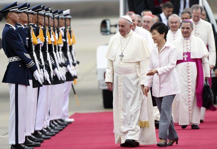 El Papa Francisco fue recibido  por la presidenta surcoreana, Park Geun-Hye, a su llegada al Aeropuerto de Seúl. (EFE)