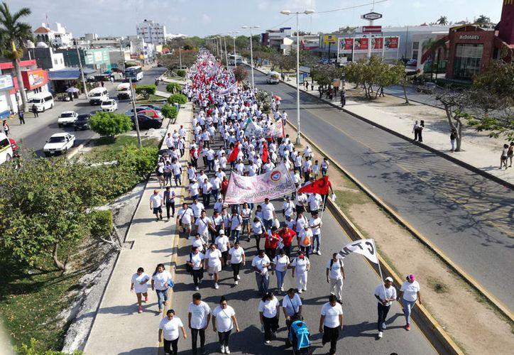 Los trabajadores avanzaron desde la sede de  la CTM hasta las avenidas Sunyaxchén, López Portillo y Tulum. (Ivett Ycos/SIPSE)