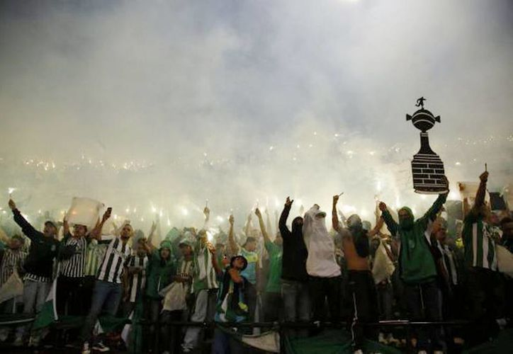 Aficionados del club colombiano Atlético Nacional apoyan al equipo antes del juego de vuelta de la final de la Copa Libertadores ante el ecuatoriano Independiente del Valle, en Medellín, Colombia. (AP Foto/Fernando Vergara)