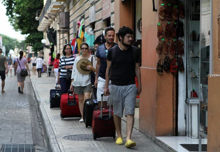 Dentro de la promoción turística del año entrante se incluye llegar al mercado asiático y fortalecer el destino en Europa. Imagen de un grupo de turistas en el centro de Mérida. (Archivo/SIPSE)