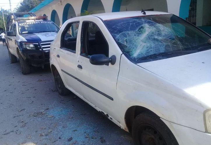 Los vándalos rompieron el parabrisas de la unidad que se encontraba estacionada en frente de la Casa Ejidal. (Redacción/SIPSE)