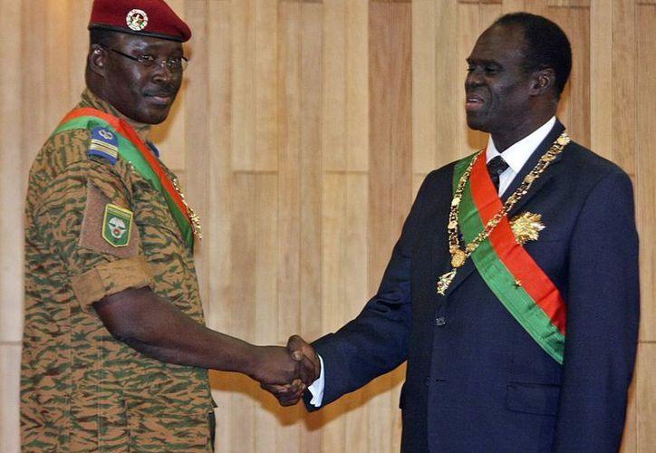 Fotografía de archivo que muestra al presidente de Burkina Faso, Michel Kafando (d), y al primer ministro, Isaac Zida, quienes fueron detenidos por miembros de la unidad presidencial de élite del ejército. (Archivo/EFE)